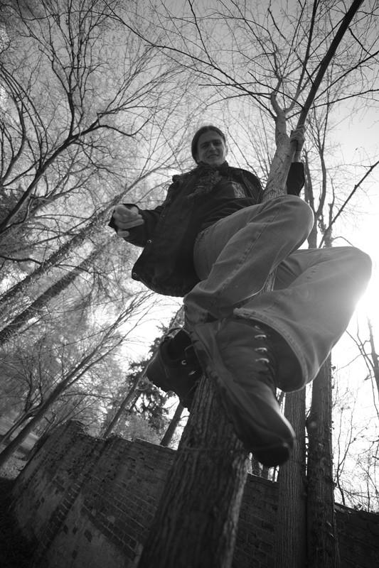 następnie Grześ wdrapał się na drzewo, by wybadać, czy pani Regina już podaje obiad