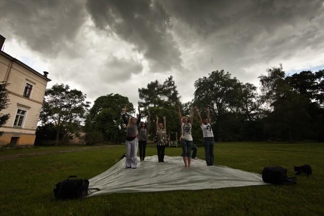 w Złodziejewie nawet pod ciężkim ołowianym niebem jest nam lekko... joga i ćwiczenie oddechu przed zajęciami z Keit pod dyktando Iwonki, fot. Robert