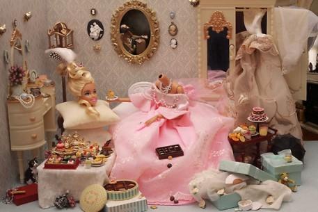 Sniperphotog. Patologiczny świat Barbie tworzy w oparciu o niezliczone rekwizyty. W tym chaosie wszystko ma swoje miejsce, często w makabrycznie wesoły sposób trafnie podsumowuje tzw. big city life.