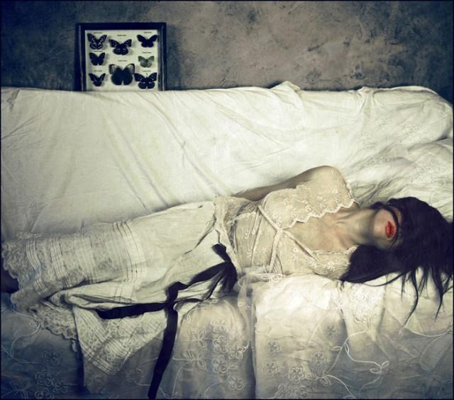 Monotonia koloru przełamana została czerwienią ust - czerwień jak wiemy to kolor życia, kojarzy się z krwią, a to co miało krew było żywe, więc jest to symbol życia. W owej trupiej kolorystyce czerwień ust jest niejako wisienką na torcie, elementem bez którego owa fotografia straciłaby moim zdaniem swoją moc. fot. Agnieszka Motyka