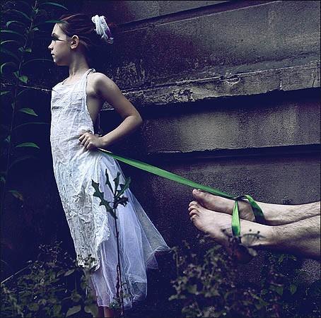 Subtelność i delikatność kolorystyki w opozycji do mocnego tematu, uporczywie powtarzana zieleń z najsilniejszym akcentem na zniewalającej wstędze, a jednocześnie zieleń jako symbol nadziei powosuje, że całość emanuje spokojem, co powoduje niejednoznaczności i pozwala na wielość interpretacji, a jak wiemy sztuka jest tylko wedy sztuką, jesli wywołuje emocje