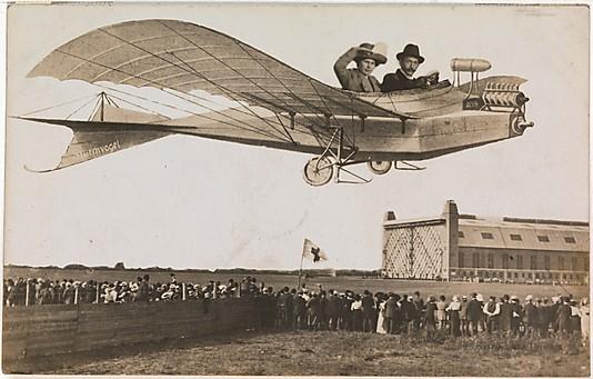 Lot samolotem nad tłumem, tym obrazkiem trudno nas dziś omamić - widzimy wszystko jak na dłoni, 1910