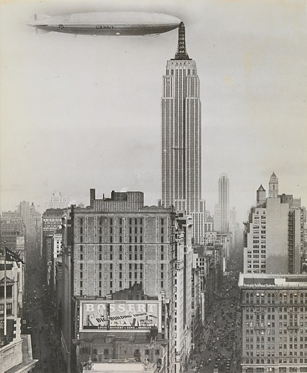 Scena absurdalna?, nie do końca: antenę Empire State Building faktycznie zaprojektowano do dokowania sterowców, jednak finalnie przystań powietrzna nigdy nie przyjęła pasażerów - zdjęcie jest sfabrykowane, sterowiec nadmiernie duży, mimo to fotografię tę opublikowało wiele gazet, autor nieznany, 1930