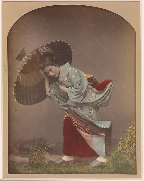 """Dodane kolory i deszcz w """"Woman with umbrella in rain"""", Kusakabe Kimbei, 1870"""